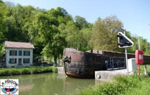 Sortie de l'écluse n°37 dite de Chaud-Rupt, à Mangonville, sur le canal des Vosges.