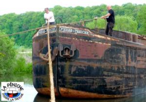Les mariniers déplacent le bateau à l'aide des cordes.